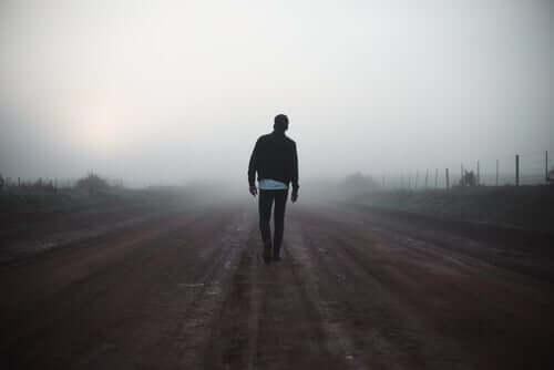 Un homme qui marche seul dans l'obscurité.