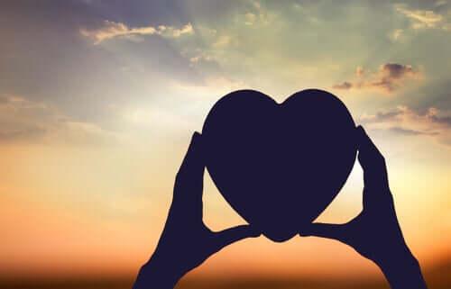 Un cœur entre des mains représentant l'amour inconscient