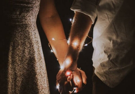 Deux personnes qui se tiennent par la main.