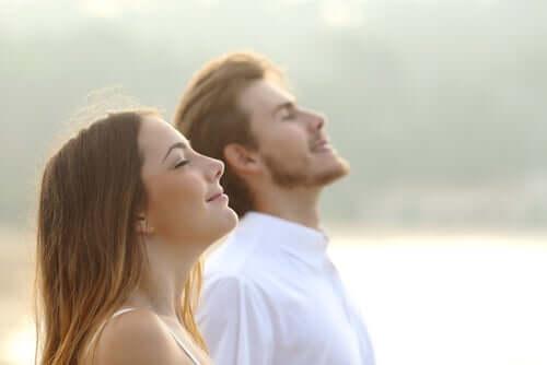 Deux personnes ressentant les effets de la respiration sur le cerveau