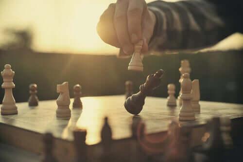 Contrairerement à une partie d'échecs, la vie continue après échec et mat.