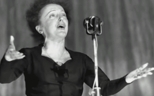 Edith Piaf en train de chanter