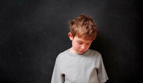 Un enfant ayant des parents exigeants
