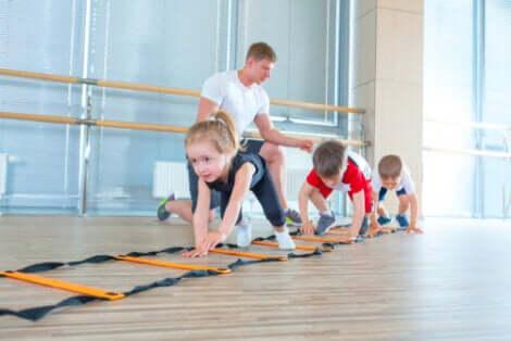Le jeu est un moyen de stimuler la psychomotricité des enfants.