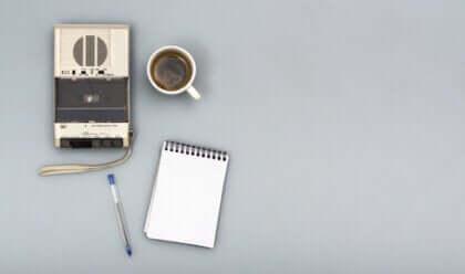 Un dictaphone, une tasse de café et un bloc-notes : les outils de la journaliste Oriana Fallaci