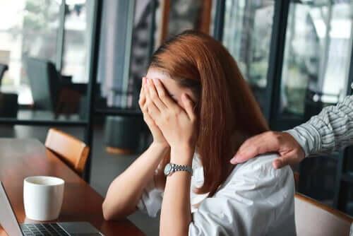 Une femme anxieuse dans un café