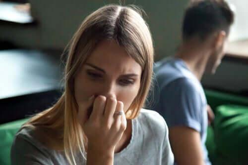 Une femme qui vient de disputer avec son partenaire