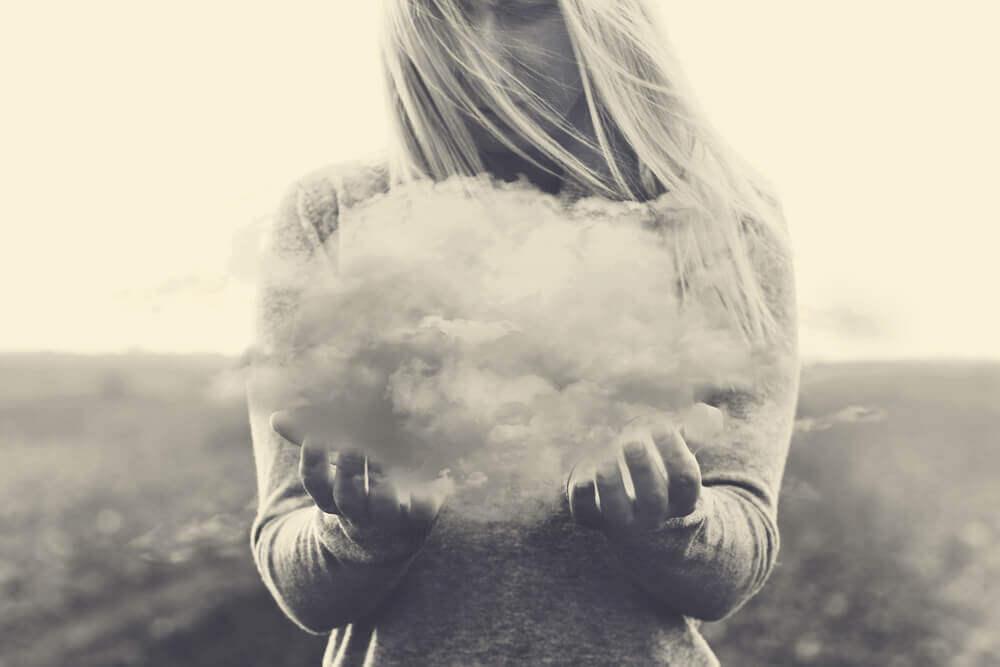 Une femme qui porte un nuage