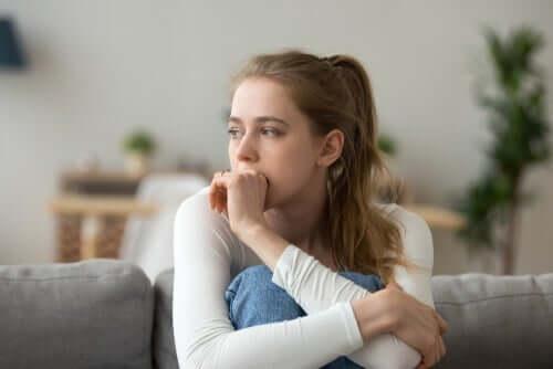 Une femme réfléchissant aux décisions émotionnelles qu'elle doit prendre