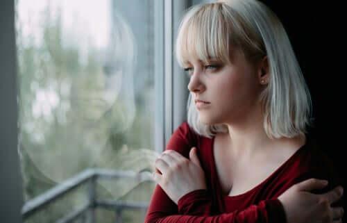 Une femme pensant à l'électroconvulsivothérapie