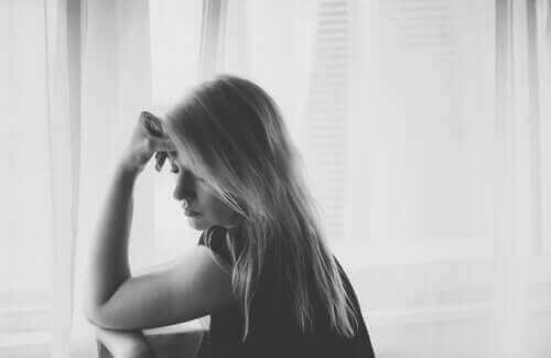 Une femme qui pense au malheur