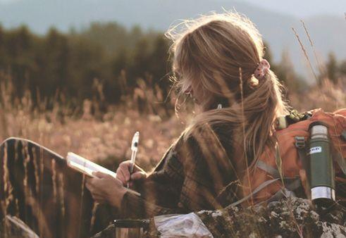 Une fille écrivant dehors