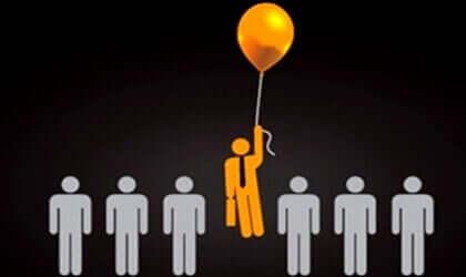 Un bonhomme en orange s'envolant avec un ballon