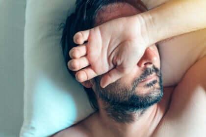 Un homme envahi par l'anxiété au réveil.