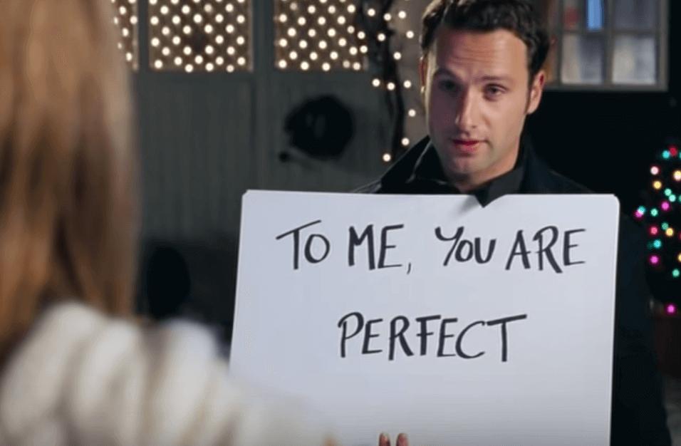 Un homme avec un message d'amour dans Love Actually