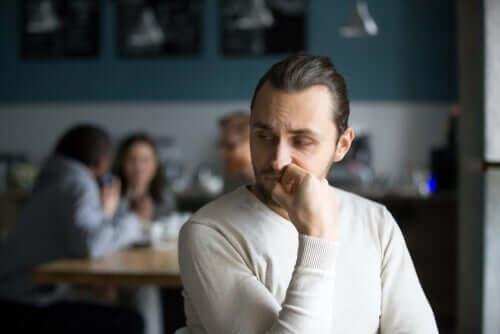 Un homme réfléchissant à la confiance en soi