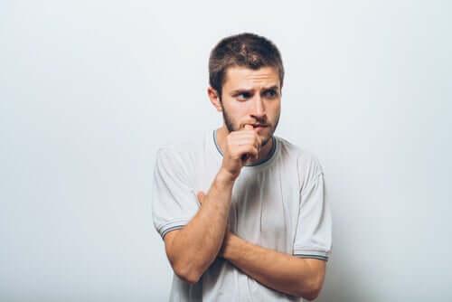 Un homme envahi par le sentiment d'infériorité