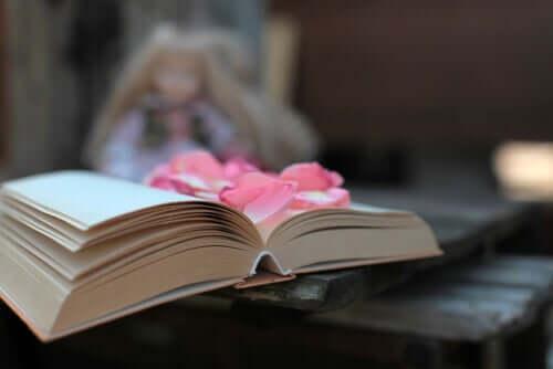Un livre de poésie ouvert avec des fleurs