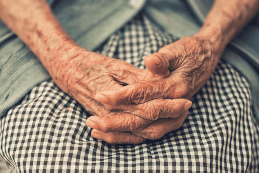 Les mains d'une femme qui a Alzheimer