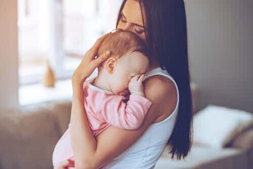 Pourquoi les mères portent leurs bébés du côté gauche ?