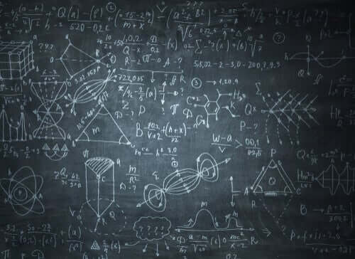 Des formules mathématiques sur un tableau noir
