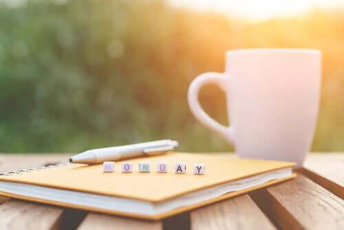 Une tasse à café et un carnet