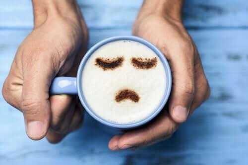 Le malheur représenté dans une tasse de café