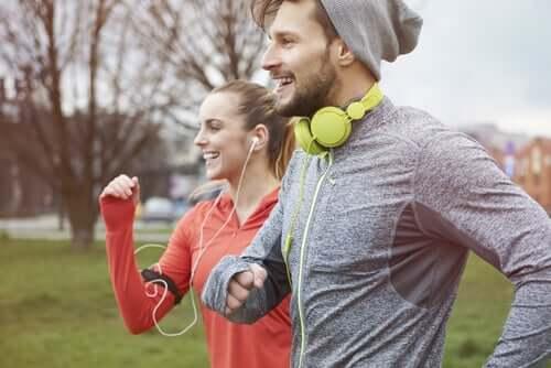 Deux amis faisant du sport en écoutant de la musique