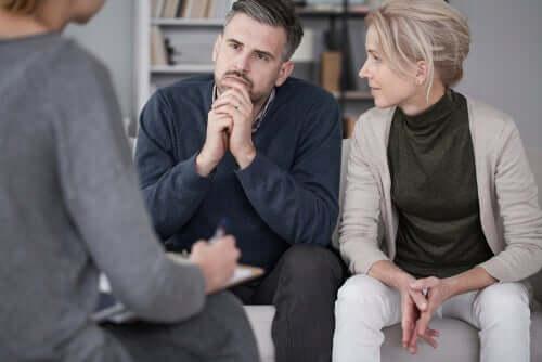 Une sexologue qui conseille un couple