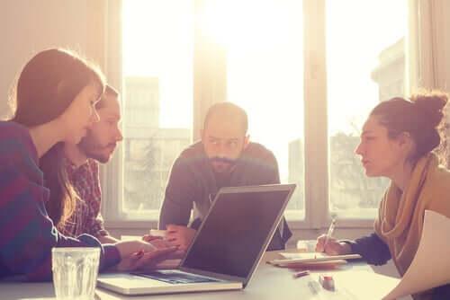 Une équipe de travail en réunion