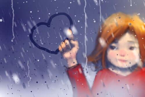 Une femme dessinant un coeur