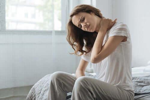 Une femme tentant de tolérer la douleur physique