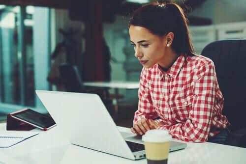 Une femme sur son ordinateur