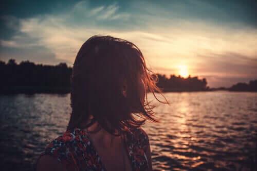 Le sens de la vie occupe l'esprit d'une femme