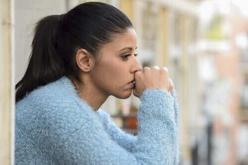 Une femme triste à cause du Blue Monday
