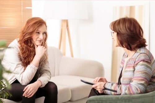 Une femme chez la psychologue.