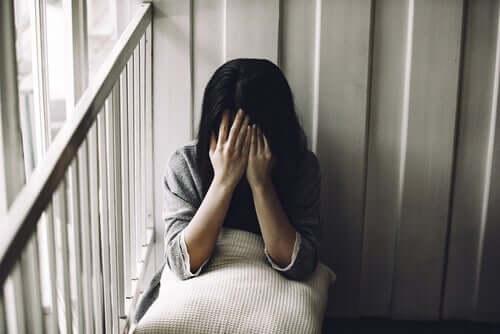Une femme triste en plein affrontement du deuil