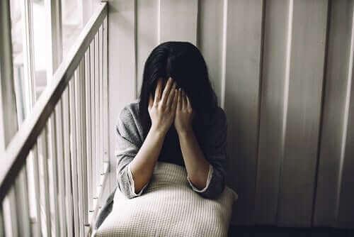 Une femme triste car elle n'accepte pas son corps