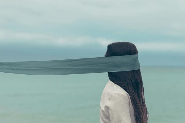 Une femme avec les yeux bandés