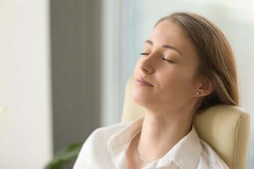 Une femme ferme les yeux pour tolérer la douleur physique