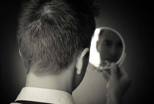 Un homme qui se regarde dans le miroir