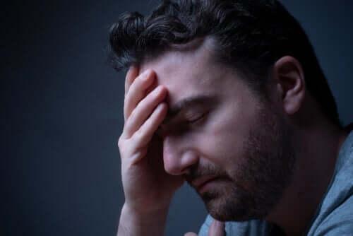 Un homme rencontrant des problèmes pour trouver le sommeil