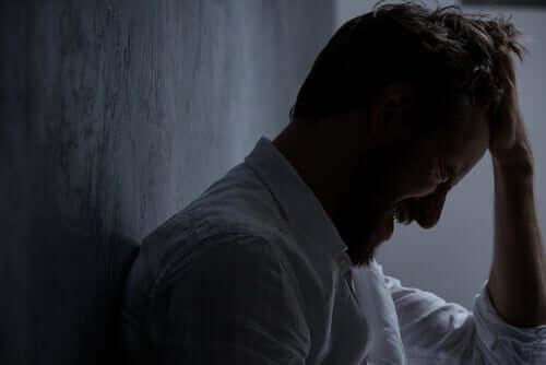 Un homme triste à cause du surdiagnostic