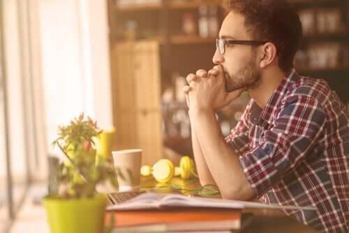 Un homme réfléchissant aux mythes que la majorité des gens croit