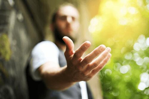 Un homme qui tend la main pour dire merci
