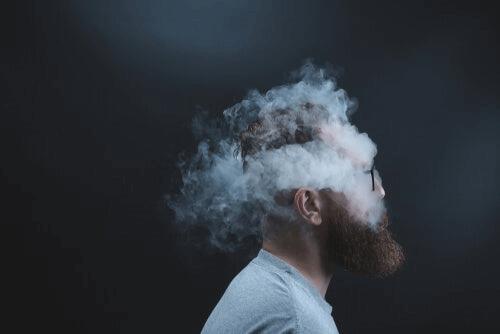 Un homme avec la tête pleine de fumée