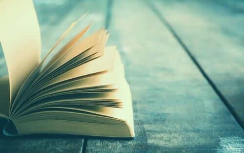 Un livre ouvert sur une table.