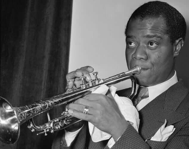 Louis Armstrong qui joue de la trompette