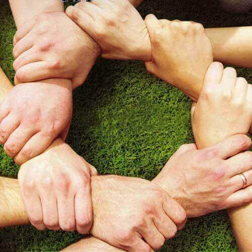 Des mains serrées représentant la psychologie communautaire