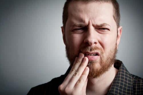 Un homme qui a mal aux dents